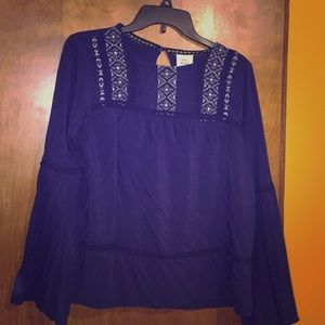 Bell sleeved top with top silver design